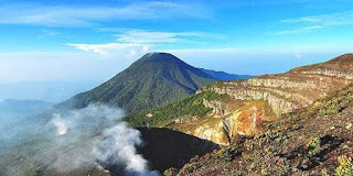 Gunung Guntur adalah salah satu dari 17 gunungapi di Jawa Barat. Gunungapi andesitik yang bertipe strato ini terletak 35 Km di sebelah Tenggara kota Bandung atau lebih tepatnya terletak di kota Garut. Puncak Gunung Guntur terletak pada koordinat 7o 8' 52.8'' LS dan 107o 50' 34.8'' BT dengan ketinggiannya adalah 2249 m di atas permukaan laut. Gunung Guntur merupakan kompleks besar gunungapi yang dibentuk oleh beberapa kerucut, kawah, dan kaldera (Matahelemual, 1989). Berdasarkan sejarah letusannya Gunung   Guntur pertama meletus pada tahun 1690 dan letusan terakhir pada tahun 1847. Letusan Gunung Guntur yang terbesar terjadi pada tahun 1840 dimana lava yang keluar mengalir hingga Cipanas yang berjarak 3 Km dari kawah Gunung Guntur Gunung Guntur merupakan salah satu gunung berapi paling aktif pada dekade 1800-an. Tapi sejak itu aktivitasnya kembali menurun. Erupsi Gunung Guntur pada umumnya disertai dengan lelehan lava, lapili dan objek material lainnya. Erupsi Gunung Guntur yang tercatat adalah pada tahun 1847, 1843, 1841, 1840, 1836, 1834-35, 1833, 1832,  1832, 1829, 1828, 1827, 1825, 1818, 1816, 1815, 1809, 1807, 1803, 1800, 1780, 1777, 1690  Gunung Gede maupun kawasan Taman Nasional Gede Pangrango juga merupakan objek wisata alam yang menarik dan banyak dikunjungi oleh wisatawan baik domestik maupun internasional. Beberapa lokasi/obyek yang menarik untuk dikunjungi  - Telaga Biru. Danau kecil berukuran lima hektare (1.575 meter dpl.) terletak 1,5 km dari pintu masuk Cibodas. Danau ini selalu tampak biru diterpa sinar matahari, karena  ditutupi oleh ganggang biru.  - Air terjun Cibeureum. Air terjun yang mempunyai ketinggian sekitar 50 meter terletak sekitar 2,8 km dari Cibodas. Di sekitar air terjun tersebut dapat melihat sejenis lumut  merah yang endemik di Jawa Barat. Air Panas. Terletak sekitar 5,3 km atau 2 jam perjalanan dari Cibodas.  -  Kandang Batu dan Kandang Badak. Untuk kegiatan berkemah dan pengamatan tumbuhan/satwa. Berada pada ketinggian 2.220 m. dpl