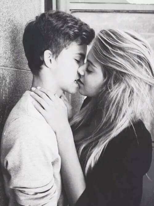 besos pareja enamorados