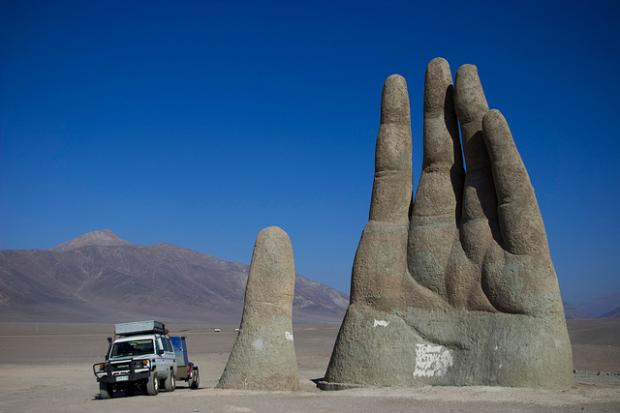 地面から巨大な手?世界にある驚くべき像や彫刻。7枚【a】