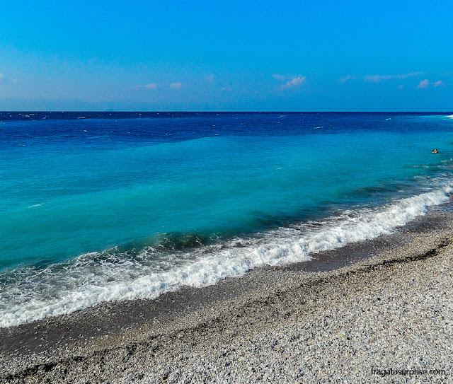 O azul do mar na Ilha de Rodes, Grécia