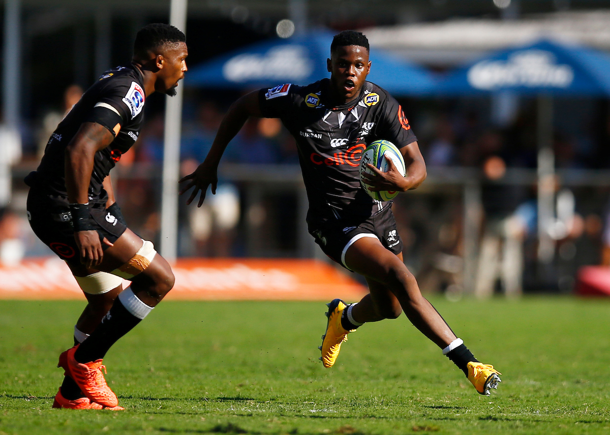 Aphelele Fassi runs with ball in hand