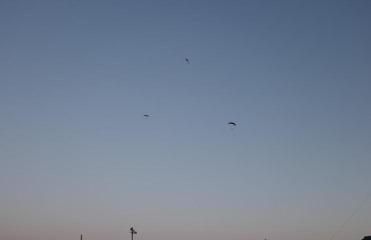 トワイライトの中のパラグライダー