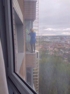 Gute Hausfrau lustig Fenster putzen