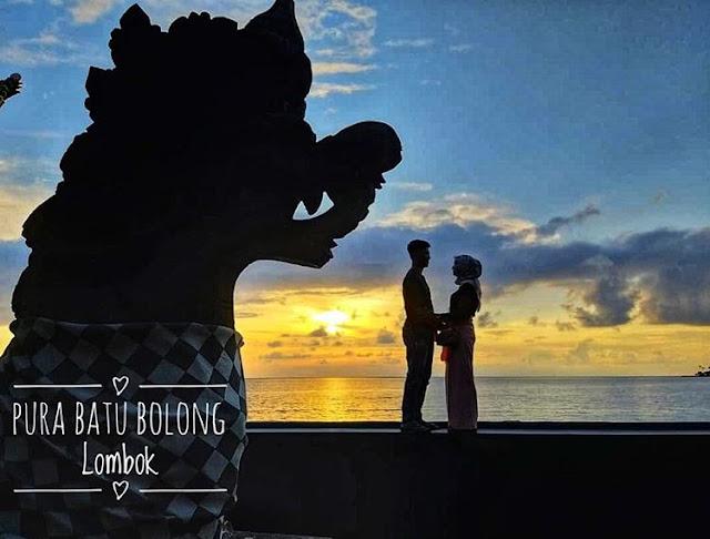 Foto sepasang kekasih di Pura Batu Bolong Lombok, sumber ig @iamfarahsharmiza