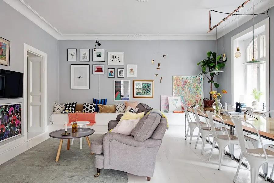 Salón decorado con muebles viejos y nuevos mezclados