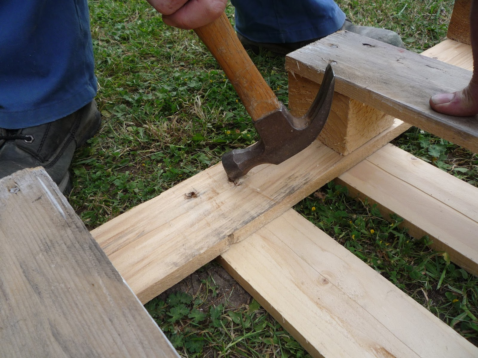 How to take a pallet apart for maximum carpentry wood