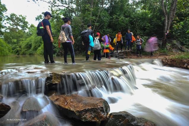 Lội suối trên cung đường trek Núi Dinh