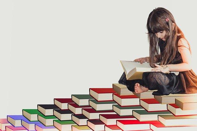 Anak kecil yang lucu sedang membaca buku