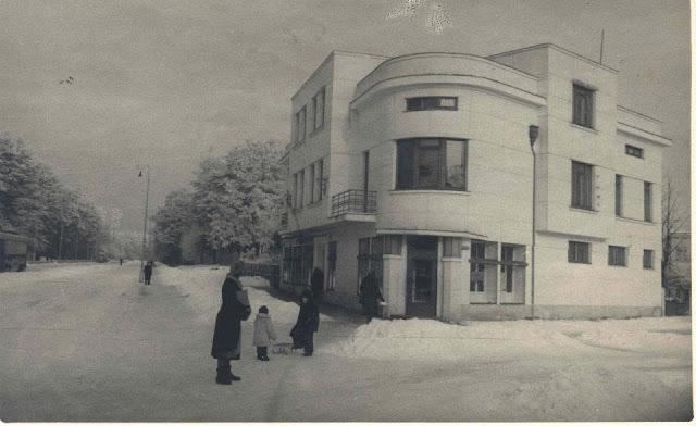 1950-е (?) годы. Рига. Межапарк. На перекрестке проспекта Кокнесес и улицы Стокхолмас. Слева трамваи (автор фото: Krišs Rake)