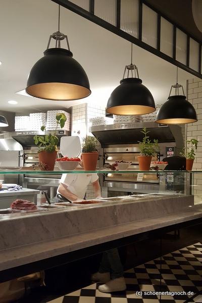 Blick auf die offene Küche in der L´Osteria in Karlsruhe