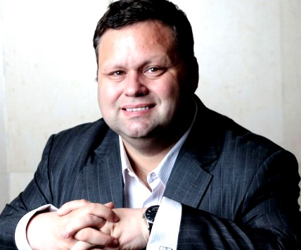 Foto de Paul Potts con manos unidas