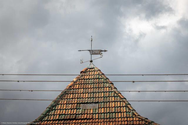 Casa na Rua Inácio Lustosa - detalhe do telhado da torres com indicador de direção do vento