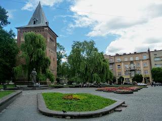 Дрогобыч. Площадь Замковая Гора, башня-колокольня, памятник Юрию Дрогобычу