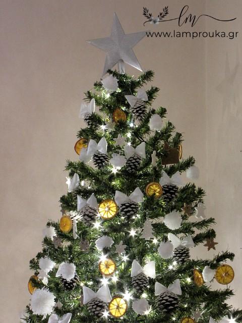 Διακόσμηση χριστουγεννιάτικου δέντρου.