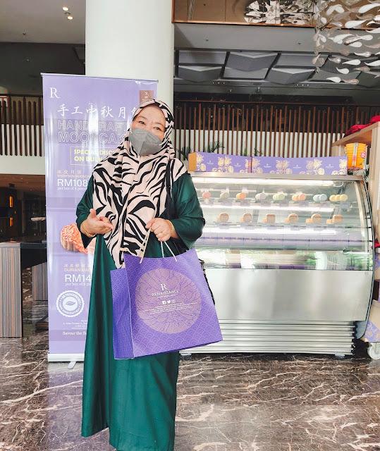 Nikmati Kuih Bulan Tradisi Buatan Tangan Halal Di Renaissance Johor Bahru Hotel