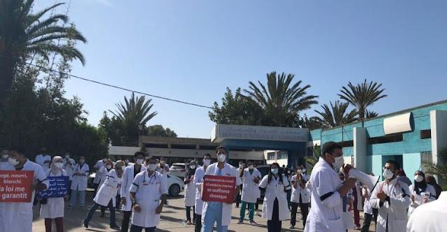 بالصور: الاطباء الداخليين بالمستشفى الجامعي لاكادير يحتجون