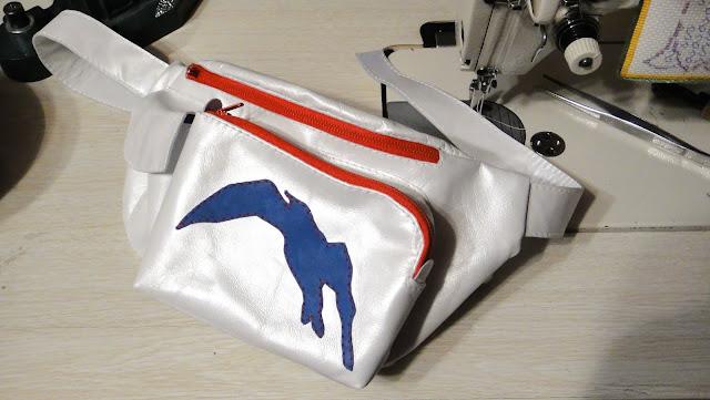 Белая сумка пояс в морском стиле Красно-синий декор: чайка и контрастные молнии. Одно основное отделение, четыре кармана. Почтовая или курьерская доставка