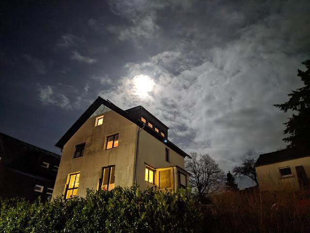 Haus vor nächtlichem Hintergrund