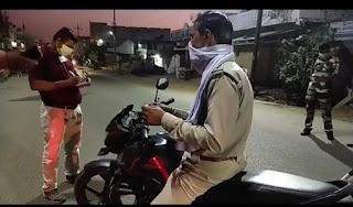 पुलिस वालों ने काटा पुलिस वाले का चालान