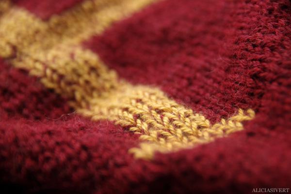 aliciasivert, alicia sivert, alicia sivertsson, knitting, knit, yarn, handicraft, craft, handcraft, red, maroon, weasley sweater, harry potter, weasleytröja, tröja, stickning, sticka, handarbete, hantverk, garn, stickor, redhead, red hair, skull ring, dödskallering, rödhårig, ginger, trollstav, wand, alster, gryffindor scarf, gryffindorhalsduk, halsduk, elevhem