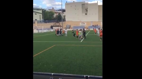 Se vive una batalla campal en el partido del Vélez CF - La Unidad de categoría juvenil