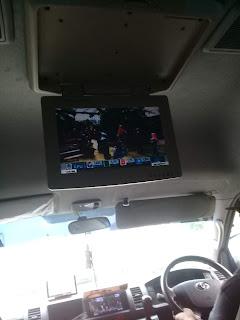 televisi kecil di dalam mobil travel