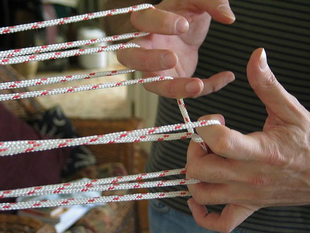 fingerloop, trenzas, telar, manualidades, trenzar con los dedos