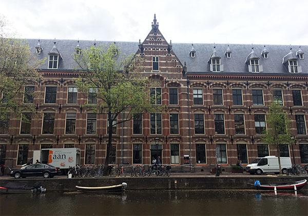Bekas kantor VOC yang sekarang jadi perpustakaan.