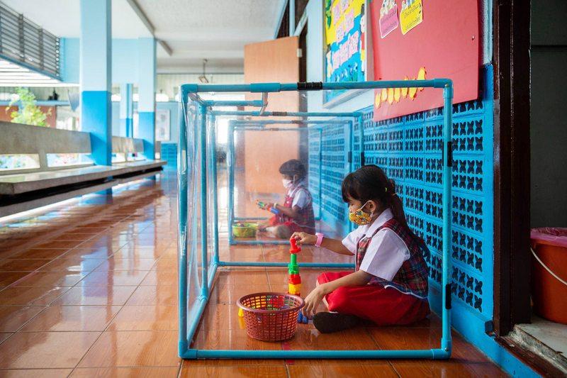 Niños de Tailandia pasan sus recreos en un cubo de plástico