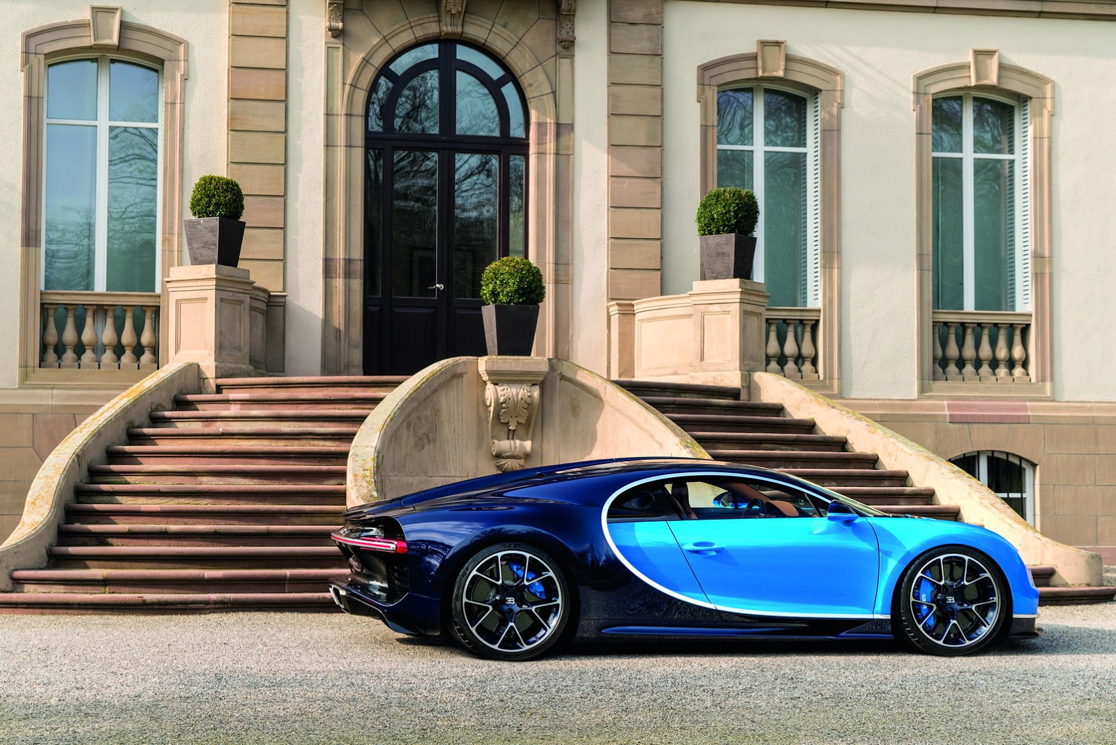bugatti chiron is official 1 500 horsepower 260 mph 2. Black Bedroom Furniture Sets. Home Design Ideas