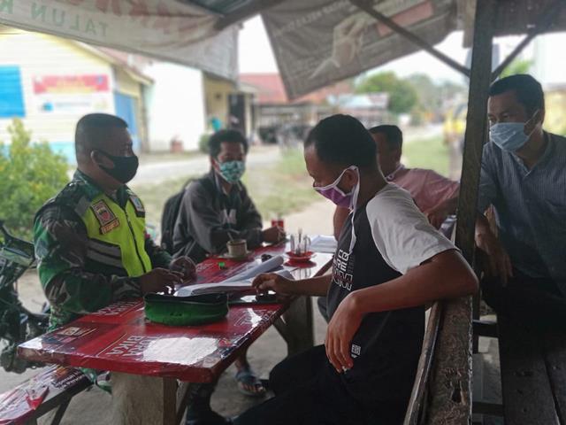 Personel jajaran Kodim 0207/Simalungun Tegur Langsung Warga Tidak Pakai Masker Diwilayah Binaan