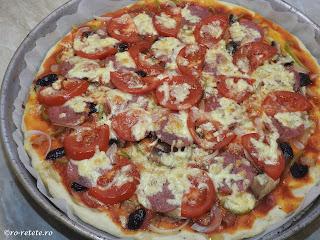 Pizza de casa reteta cu de toate la cuptor cu blat pufos retete ceapa ardei ciuperci branza masline salam sunca ketchup mancare gustare legume carne,