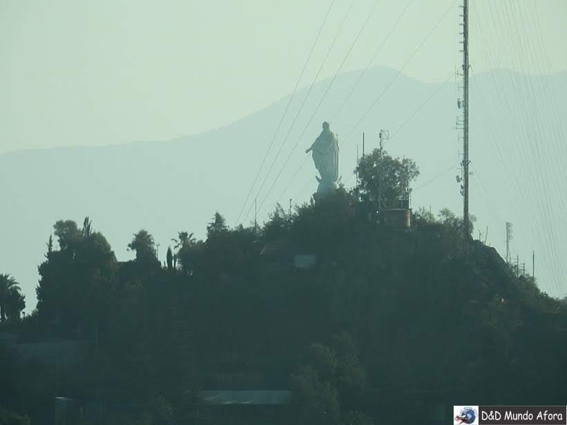 Cerro de San Cristóbal em Santiago visto do Sky Costanera