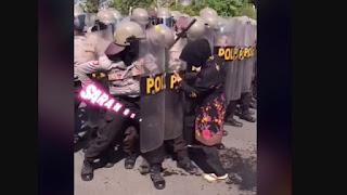 Kocak! Emak-emak Terobos Barikade Polisi Sendirian, Ternyata Ngambil Sendal Kececer