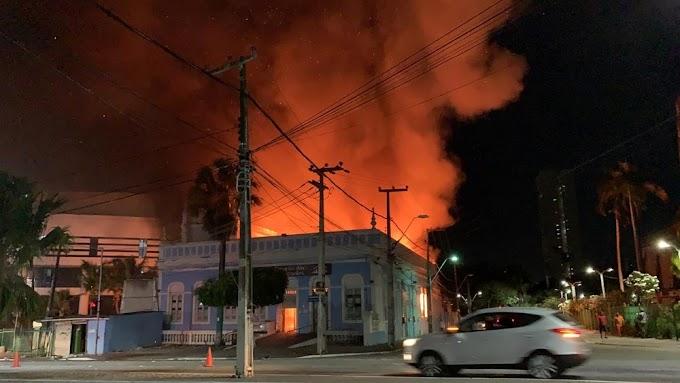 Incêndio destrói casarão histórico de Fortaleza; bombeiros tentam impedir que chamas atinjam Catedral e mercado central