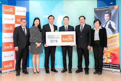 นายสาธิต สุดบรรทัด (ที่สามจากซ้าย) ประธานเจ้าหน้าที่บริหาร บริษัท ผลิตภัณฑ์ตราเพชร จำกัด (มหาชน) (DRT) รับมอบประกาศนียบัตร ESG 100 Company จากนายพิพัฒน์ ยอดพฤติการ (ที่สามจากขวา) ประธานสถาบันไทยพัฒน์ ณ อาคารสำนักงานพหลโยธินเพลส ชั้น 40 ถนนพหลโยธิน