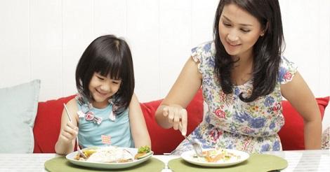 Tips Mengajari Anak Makan Sendiri