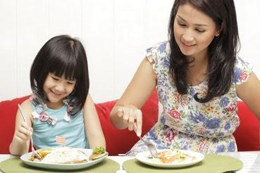 Spesialis Anak: Tips Mengajari Anak Makan Sendiri Agar Mandiri