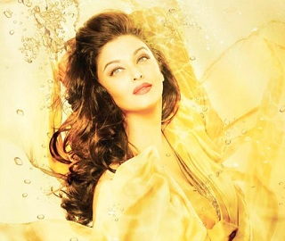 Aish back to Camera with Stunning Look !