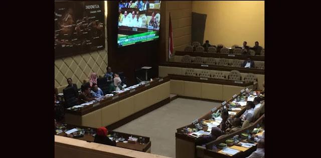 KTP-El Buat WNA Jadi Bola Panas Dalam Rapat Komisi II