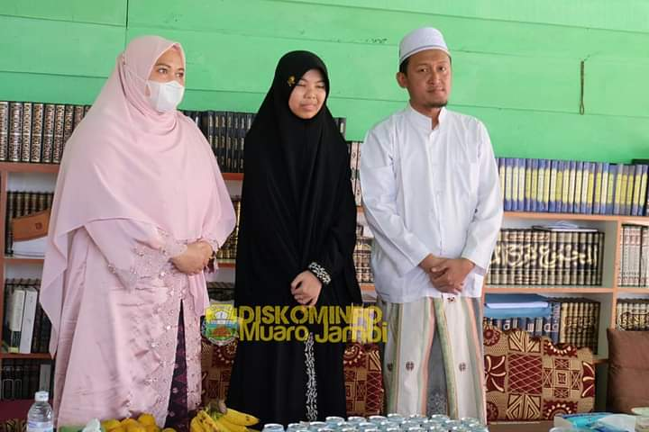 Bupati Masnah Serahkan Bantuan Hewan Qurban dan 20 Titik Lampu Menuju Ponpes Darul Arifin
