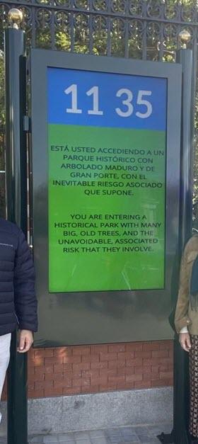 22 nuevas pantallas en los accesos al parque de El Retiro que informan sobre cierres por inclemencias del tiempo