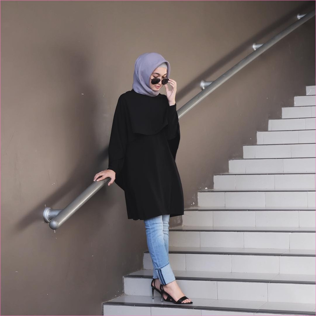 Outfit Baju Hijab Casual Untuk Kuliah Ala Selebgram 2018 tunic blouse top high heels loafers and slip ons wedges hitam hijab square abu ciput rajut sedang kacamata hitam bulat jeans denim gaya casual kain katun sutra rayon ootd 2018 outfit selebgram tangga putih cincin jam tangan