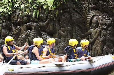 Aksen seni ukiran batu di sepanjang sungai Ayung
