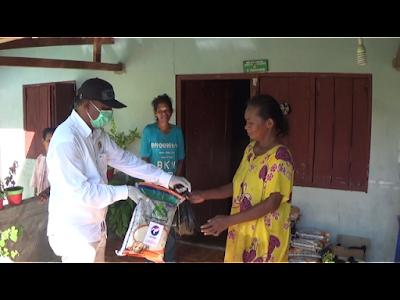 Imanuel Ufi Anggota DPRD Maluku Tenggara dari Partai Perindo saat menyerahkan paket sembako kepada warga Ohoi (Desa) Wain