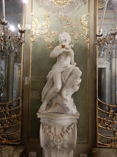 ジェノヴァのMuseo di Palazzo Realeの鏡の間にある彫刻