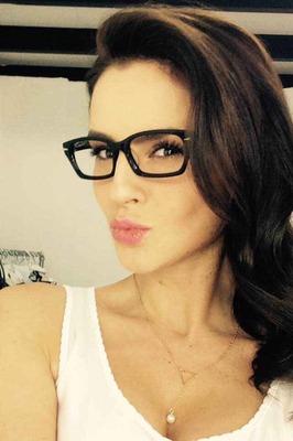 Mila ist eine Frau aus der Ukraine und sucht ihren Partner bei einer Partnervermittlung_ Foto: Frau Mila mit schwarzer Brille