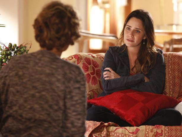 Eva e Ana conversam há uma almofada vermelha na cena