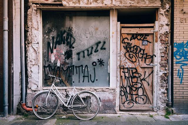 scritte sui muri-bombolette spray-graffiti