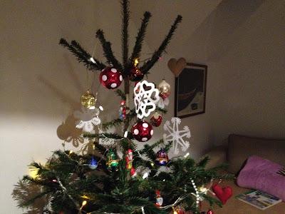 vánoční stromek s papírovými vločkami